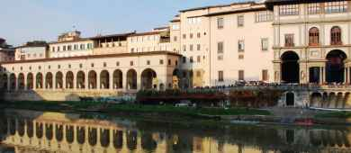 Sunset boat tour with Aperitivo in Florence - Uffizi Gallery